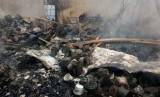 Gudang pabrik tekstil PT Kemas Sarana Multiguna seluas 3.000 meter persegi di kawasan pabrik di Jalan Cisirung, Kecamatan Dayeuhkolot, Kabupaten Bandung ludes terbakar, Kamis (18/3).