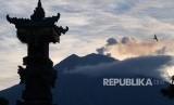 Gunung Agung mengeluarkan abu vulkanik terlihat dari Desa Tulamben, Karangasem, Bali, Jumat (22/2/2019).