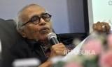 Guru Besar Ilmu Politik Salim Said memberikan paparannya saat rilis Survei Nasional Saiful Mujani Research & Consulting (SMRC) terhadap isu kebangkitan Partai Komunis Indonesia (PKI) di Jalan Cisadane, Jakarta, Jumat (29/9).