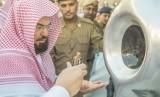 Bolekah Menggunakan Jasa Joki untuk Cium Hajar Aswad?. Foto: Hajar Aswad dibersihkan dan diberi minyak wangi.