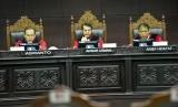 [ilustrasi] Hakim Ketua Konstitusi Anwar Usman (tengah) memimpin sidang putusan gugatan quick count atau hitung cepat pada Pemilu serentak 2019 bersama Hakim Konstitusi Arief Hidayat (kanan) dan Aswanto di Mahkamah Konstitusi, Jakarta, Selasa (16/4/2019).