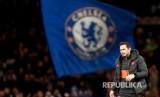 Head coach Chelsea Frank Lampard memasuki lapangan pada laga Liga Champions grup H antara Chelsea dan Ajax di Stadion Stamford Bridge, London, Rabu (6/11).