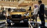 Head of Datsun Indonesia (kanan) memperkenalkan Datsun Cross di Tujungan Plaza 3 Surabaya, Rabu (14/2).