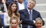 Hilaria Baldwin dan Alec Baldwin menyaksikan pertandingan tenis US Opens