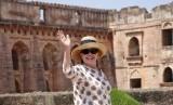 Hillary Clinton melambaikan tangannya ke media usai mengunjungi monumen Jahaz Mahal di India, (12/8).
