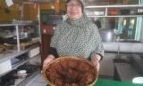 Hj Wiwin Rukmini, pemilik rumah makan gepuk dan sate Cilampeni di Katapang, Kabupaten Bandung. Gepuk Hj Wiwin menjadi kuliner yang favorit diburu masyarakat.