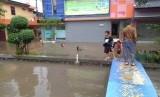 Hujan deras yang turun siang hari ini, Rabu (24/4) di Perumahan Margahayu Jaya, Bekasi Timur, Kota Bekasi menyebabkan banjir.