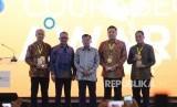 Human Capital Director Tri Wasono Sunu (paling kanan) menerima piagam penghargaan dari Wapres Jusuf Kalla dan Menaker Hanif Dhakiri.