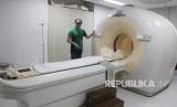 PET CT Scan.  tahapan Tata laksana penanganan kanker yang benar diawali dengan melakukan CT Scan atau PET Scan untuk mendeteksi apakah ditemukan sel abnormal atau tidak dalam tubuh.