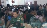 Hut 24 Kodiklatad, Letjen TNI AM Putranto berbaur dengan rakyat kurang mampu.