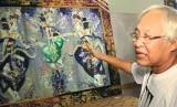 I Nyoman Gunarsa dengan salah satu karya lukisannya