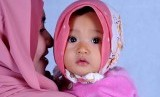 Ibu dan bayinya. Memeluk bayi dapat membantu memperkuat ikatan antara orang tua dan bayi.
