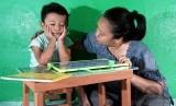 Ibu menyemangati anak tidak semangat belajar (ilustrasi)