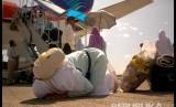 Ilustrasi jamaah haji turun dari pesawat.