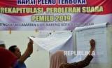 Ilustrasi petugas Panitia Pemilihan Kecamatan (PPK) melakukan rekapitulasi surat suara Pemilu 2019 di Provinsi Aceh.