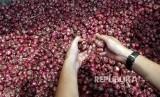 im Satgas Pangan memeriksa ketersediaan dan kelayakan stok pangan yang dipasarkan saat sidak di Pasar Induk Wlingi, Blitar, Jawa Timur, Jumat (11/5).