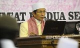 Imam Besar Masjid Istiqlal Nasaruddin Umar (kiri) menyampaikan ceramahnya dalam Kajian Tasawuf Kitab Al hikam di masjid istiqlal, Jakarta, Jumat (10/2).