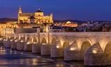 Indahnya kota Cordoba dari tepi sungai Al-Wadi al-Kabir, yang dilafalkan orang Spanyol sebagai Guadalquivir.