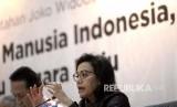 Indonesia Menuju Negara Maju. Menteri Keuangan Sri Mulyani (kanan) memberikan paparan saat capaian 4 Tahun Kinerja Pemerintahan Jokowi pada Forum Merdeka Barat (FMB) 9 di Gedung Kementerian Sekretariat Negara, Jakarta, Selasa (23/10). Sejumlah menteri memaparkan pencapaian kinerja selama empat tahun pemerintahan.