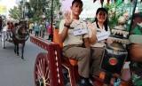 Iring-iringan kereta kencana yang akan membawa pasangan Bobby Afif Nasution dan Kahiyang Ayu Siregar melintas di Jalan Gagak Hitam, saat gladi resik, di Medan, Sumatera Utara, Rabu (22/11).