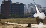 Iron Dome Israel melepaskan tembakan untuk menangkal gempuran roket, ilustrasi.
