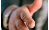 Jabat tangan adalah salah satu gestur untuk meminta maaf. Ilustrasi