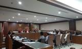 Jaksa penuntut umum Komisi Pemberantasan Korupsi (KPK) menghadirkan sejumlah saksi, salah satunya Sekertaris Jenderal Kementerian Agama Nur Kholis  dalamsidang lanjutan terhadap dua terdakwa kasus suap jual beli jabatan di Kemenag, yaitu Kepala Kanwil Kemenag Jatim, Haris Hasanuddin serta Kepala Kantor Kemenag Gresik Muafaq Wirahadi di Pengadilan Negeri Tipikor Jakarta, Rabu (12/6).