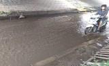 Jalan putaran arah di bawah kolong tol Cakung- Cilincing, Cakung, Jakarta Timur tergenang air. Genangan air ini berasal dari air hujan yang tak bisa memasuki area selokan.