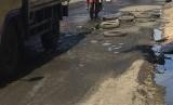Jalan Raya Bintara Raya Bekasi Barat yang rusak parah ditambal secara darurat oleh warga dengan ban bekas