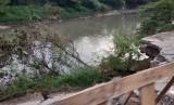 Jalan Raya Cikarang Bekasi Laut (CBL) di Kampung Talar, Desa Muktiwari, Kecamatan Cibitung, Kabupaten Bekasi,amblas ke tepi sungai. Senin (20/5)