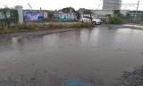 Jalan raya di wilayah Kelurahan Kemiri Muka, Kota Depok kondisinya rusak dan tergenang air. Jalan yang berdampingan dengan palang pintu kereta api ini bentuknya sudah seperti kubangan kerbau.