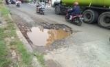 Jalan Terusan I Gusti Ngurah Rai, Bekasi berlubang dan rusak