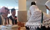 Jamaah calon haji asal Aceh menerima dana wakaf di Pemondokan 605 (Hotel Khulafaa, Syisyah, Makkah, Arab Saudi, Senin (29/8). (Republika/Didi Purwadi)