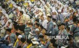 (Ilustrasi) Jamaah calon haji kelompok terbang (kloter) 1 embarkasi haji Jakarta-Pondok Gede menunggu proses administrasi dan pemeriksaan kesehatan di Asrama Haji Pondok Gede, Jakarta, Senin (16/7).