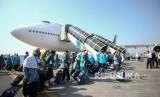 Jamaah calon haji kelompok terbang (kloter) pertama Embarkasi Surabaya berjalan menuju pesawat di Bandara Udara Internasional Juanda, Sidoarjo, Jawa Timur, Selasa (17/7).