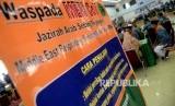 Jamaah calon haji Kloter 25 menunggu pemeriksaan kesehatan di Embarkasi DKI Jakarta, Pondok Gede, Jakarta, Selasa (8/8).