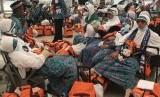 Jamaah haji asal Lampung yang tergabung dalam kloter JKG 14 beristirahat dengan menyelonjorkan kaki saat tiba tiba di Paviliun Haji Bandara Amir Mohammad Bin Abdul Azis, Madinah, Arab Saudi, Jumat (4/8).