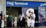 Jamaah haji asal Pakistan tiba di Bandara AMA, Selasa (17/7). Kebanyakan jamaah pria Pakistan maupun dari Asia Selatan lainnya datang ke Tanah Suci mengenakan shalwar kamiz, baju tradisional mereka.