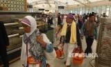 Jamaah haji embarkasi SOC 48 saat berada di Paviliun Haji Bandara Amir Muhammad Bin Abdul Aziz, Madinah, Kamis (21/9). Sebanyak 14 kloter berangkat di hari kedua pemulangan jamaah dari Madinah.