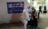 Jamaah haji Indonesia melakukan swafoto atau selfie di halaman Masjid Aisyah di Tan'im sebelum melakukan umrah sunah, Selasa (23/7). Masjid Aisyah merupakan salah satu miqat atau tempat dimulainya umrah atau haji.