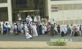 Jamaah haji Indonesia menunggu bus shalawat ke Masjid Al Haram untuk melaksanakan shalat ashar di Sektor 7, Makkah, Arab Saudi.