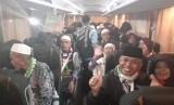 Jamaah haji Indonesia yang tergabun dalam Kloter 1 JKS bersiap berangkat ke Bandara King Abdul Aziz, Jeddah, Sabtu (17/8) dini hari. Dari Jeddah, jamaah haji Indonesia akan dipulangkan ke Bandara Internasional Soekarno-Hatta.