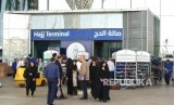 Jamaah haji Iran mengantri membeli kartu perdana lokal selepas tiba di Bandara AMA Madinah, Selasa (17/7). Tak seperti kebanyakan jamaah haji negara lain, seluruh jamaah haji pria Iran mengenakan setelan resmi ke Tanah Suci.