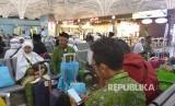 Jamaah haji khusus Indonesia tiba di Bandara Internasional Pangeran Mohammad bin Abdul Aziz, Madinah, Arab Saudi, pada Selasa (8/8)