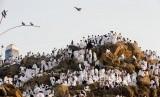 KJRI Jeddah: Belum Ada Pernyataan Resmi dari Saudi Soal Haji. Jamaah haji memaadati Jabal Rahmah saat berwukuf di Padang Arafah, Makkah, Arab Saudi.