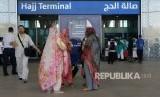 Jamaah haji perempuan asal Pakistan tiba di Tanah Suci, Selasa (17/7l mengenakan sejenis sari, pakaian tradisional mereka.