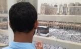 Jamaah haji sedang berdoa menghadap kiblat di lantai tiga Masjid al-Haram. Masjid di kota kelahiran nabi ini mulai dipadati oleh banyak jamaah haji dari berbagai negara di dunia, sehingga terkadang membuat jamaah harus shalat di lantai tiga.