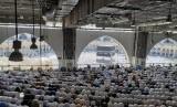 Saudi dan Delegasi UEA Bahas Persiapan Haji 2020. Foto ilustrasi jamaah haji sedang melaksanakan shalat wajib berjamaah menghadap Kabah di Masjid al-Haram.