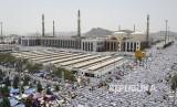 IPHI Desak Presiden Gelar Konvensi OKI Bahas Kuota Haji. Foto: Jamaah haji shalat berjamaah di Masjid Namira di Padang Arafah, Makkah, Arab Saudi, Kamis (31/8).