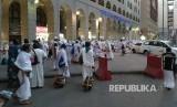 Jamaah haji menunggu bus yang akan membawa mereka dari Madinah ke Makkah di depan hotel Taiba Arac Suites.